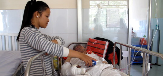 Các nạn nhân đang được điều trị tại Bệnh viện Chợ Rẫy Ảnh: PHẠM DŨNG