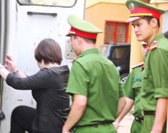 Nguyễn Thị Quỳnh Anh lên xe về Trại giam.