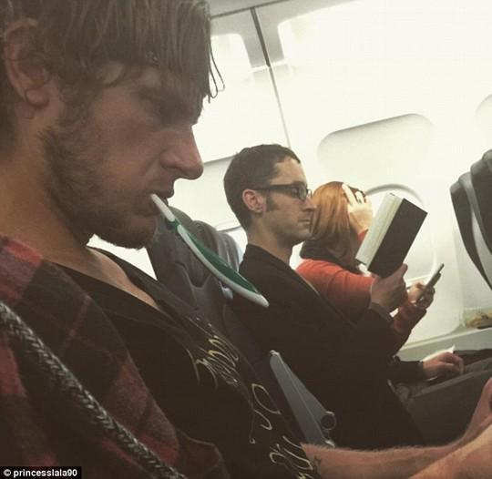 Một công đôi việc trên máy bay? - Ảnh: Daily Mail