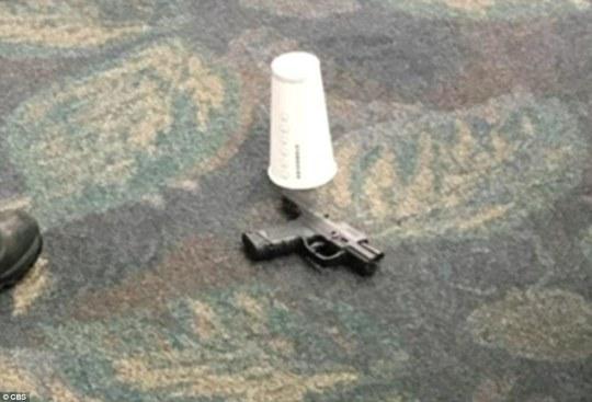 Hình ảnh được cho là khẩu súng của nghi phạm tại hiện trường. Ảnh: CBS