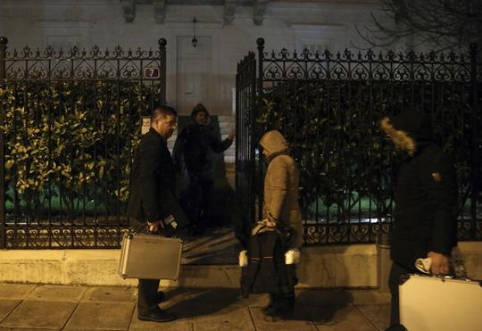 Cảnh sát điều tra tới nhà của Đại sứ Andrey Malanin ở Athens. Ảnh: Daily Mail