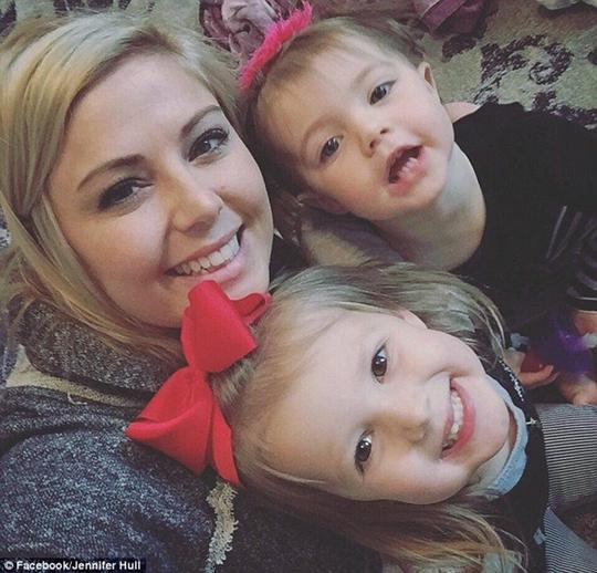 Jennifer Hull cùng hai con gái Hatilynn và Hollis.