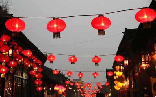 Thành cổ Bình Dao ở tỉnh Sơn Tây (Trung Quốc) treo đèn lồng đỏ vào dịp tết. Ảnh: Thatsmandarin.