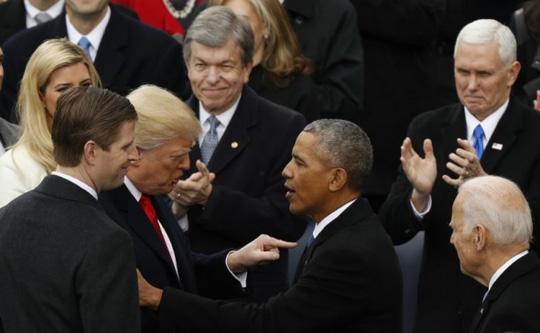 Ông Donald Trump nói chuyện với người tiền nhiệm Barack Obama tại lễ nhậm chức. Ảnh: Reuters
