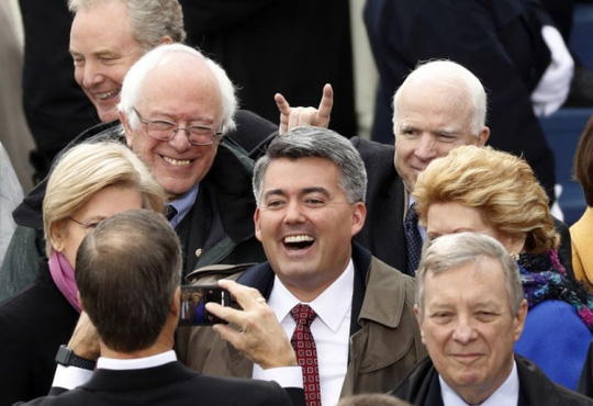 Các thượng nghị sĩ Mỹ, trong đó có ông ông John McCain và Bernie Sanders tại lễ nhậm chức của Tổng thống thứ 45 của Mỹ. Ảnh: Reuters