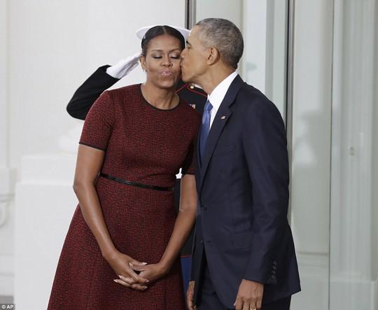 Ông bà Obama tình cảm trong khi chờ ông Trump đến Nhà Trắng. Ảnh: AP