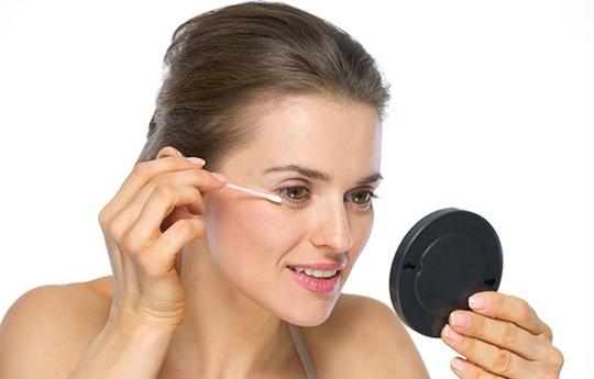 Nên dùng tăm bông để thoa kem lên vùng mắt.