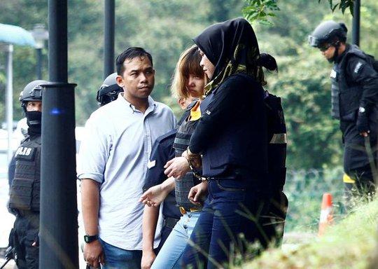 Đoàn Thị Hương rời tòa trong chiếc áo chống đạn. Ảnh: Reuters