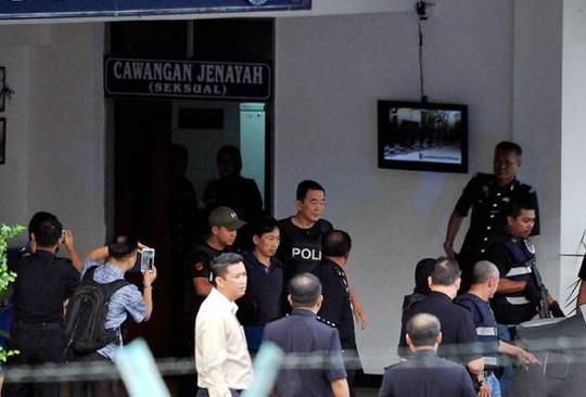 Ri Jong Chol mặc áo chống đạn khi được thả khỏi đồn cảnh sát Sepang - Malaysia sáng 3-3. Ảnh: Bernama
