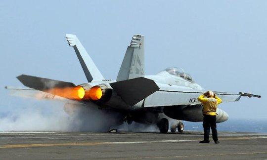 Máy bay chiến đấu F18 của Hải quân Mỹ cất cánh từ tàu sân bay USS Carl Vinson trong cuộc tuần tra tại biển Đông. Ảnh: Reuters