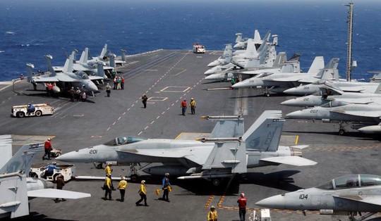 Cảnh tượng chuẩn bị cất cánh một chiếc F18 trên tàu sân bay USS Carl Vinson đang tuần tra biển Đông. Ảnh: Reuters