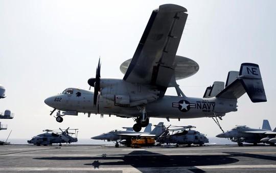 Máy bay giám sát E-2C Hawkeye hạ cánh trên tàu sân bay USS Carl Vinson. Ảnh: Reuters