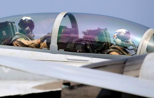 Các phi công trong buồng lái chiếc F18 trong thời điểm chuẩn bị bay tuần tra biển Đông. Ảnh: Reuters