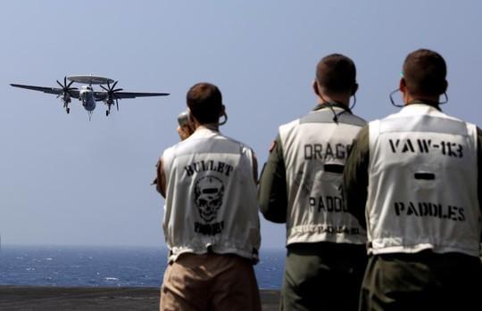 Theo dõi E2C Hawkeye hạ cánh xuống tàu sân bay USS Carl Vinson. Ảnh: Reuters