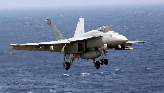 F18 tuần tra trên biển Đông. Ảnh: Reuters