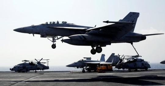 F18 hạ cánh xuống tàu sân bay USS Carl Vinson. Ảnh: Reuters