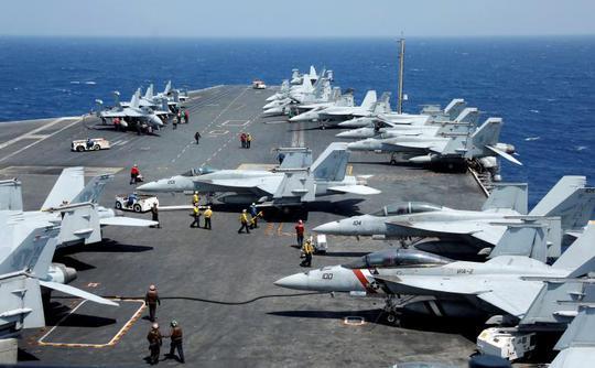 Một nhóm nhà báo được quân đội Mỹ đưa đi cùng chuyến tuần tra trên biển Đông lần này. Ảnh: Reuters