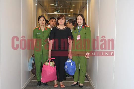 Lực lượng Công an dẫn độ đối tượng truy nã Nguyễn Thị Bình (áo đen) từ Lào về Việt Nam