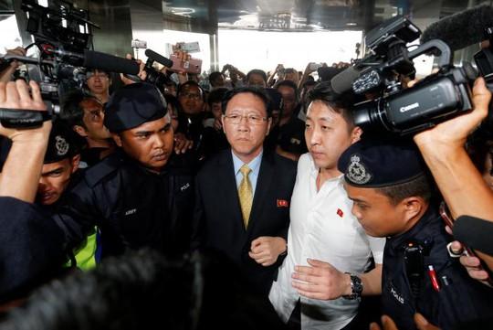Đại sứ Triều Tiên tại Malaysia Kang Chol trả lời báo giới tại sân bay quốc tế Kuala Lampur