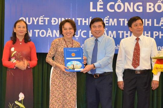 Chủ tịch UBND TP Nguyễn Thành Phong trao quyết định thành lập ban cho bà Phạm Khánh Phong Lan (Ảnh: Phan Anh)