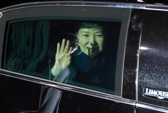 Bà Park về tới nhà riêng ở phía Nam Seoul tối 12-3. Ảnh: Reuters