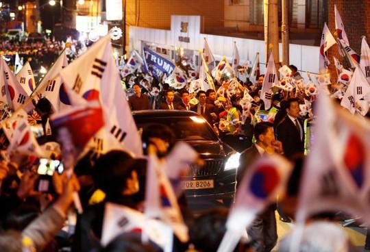 Đám đông ủng hộ chào đón bà về nhà. Ảnh: Reuters