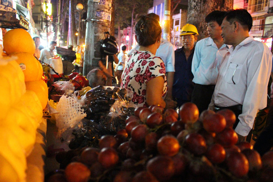 Ông Mỹ làm việc với 1 hộ bán trái cây lấn chiếm vỉa hè trên đường Nguyễn Tri Phương.