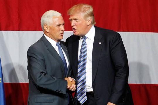 Hai ông Mike Pence và Donald Trump bắt tay trong thời kỳ tranh cử. Ảnh: Reuters