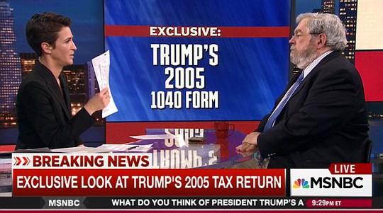 Nhà báo Johnston (phải) và người dẫn chương trình Maddow trong chương trình về tờ khai thuế năm 2005 của ông Trump. Ảnh: Daily Mail
