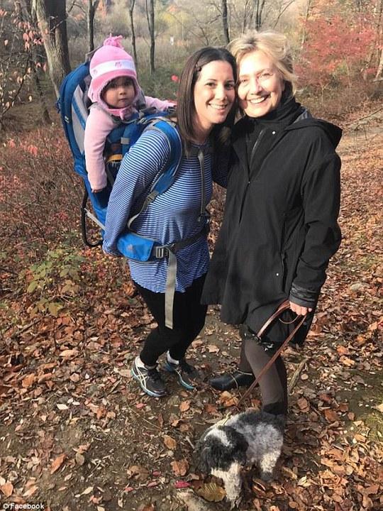 Một người ủng hộ bắt gặp bà Clinton đi dạo trong rừng ở TP Chappaqua, New York hai ngày sau khi thất cử trước ông Trump hồi tháng 11-2016. Ảnh: Facebook