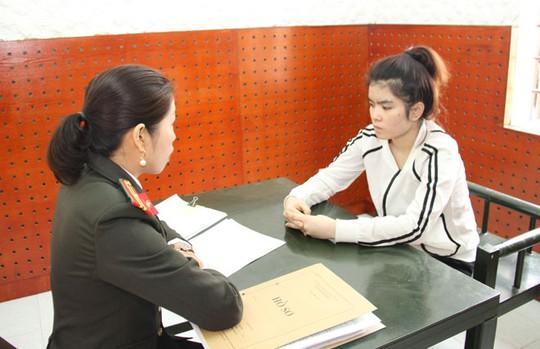 Cơ quan ANĐT Công an tỉnh Yên Bái hỏi cung đối tượng Đồng Thị Lệ.
