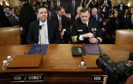 Ông Comey (trái) và Rogers tại phiên điều trần. Ảnh: Reuters