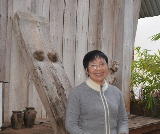 Bà Linh Nga Niê KDăm bên ngôi nhà sàn của gia đình