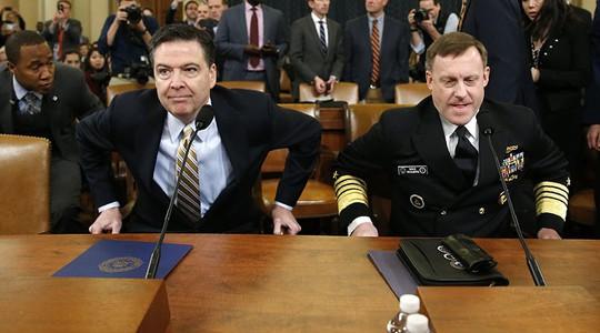 Giám đốc FBI James Comey (trái) và Giám đốc NSA Mike Rogers tại cuộc điều trần. Ảnh: Reuters