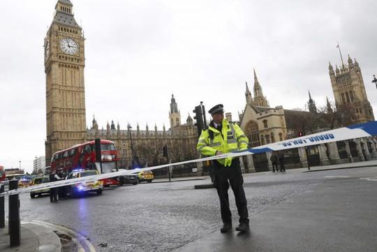 Cảnh sát phong tỏa quảng trường quốc hội sau những tiếng súng nổ. Ảnh: Reuters