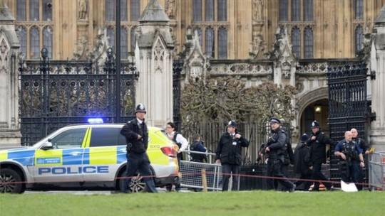 Lực lượng vũ trang tập trung bên ngoài nhà quốc hội sau vụ nổ súng. Ảnh: AAP