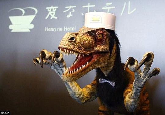 Trong số nhân viên khách sạn Henn na có cả... khủng long. Ảnh: AP