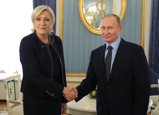 Tổng thống Nga Vladimir Putin tiếp ứng viên tổng thống Pháp Marine Le Pen. Ảnh: Reuters