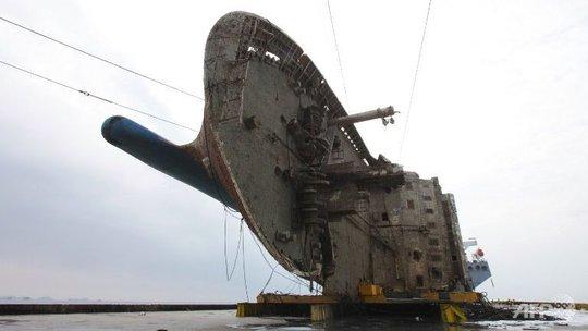 Phà Sewol được trục với sau gần 3 năm chìm 40m dưới mặt nước. Ảnh do Bộ Thủy sản và Hải dương Hàn Quốc công bố.