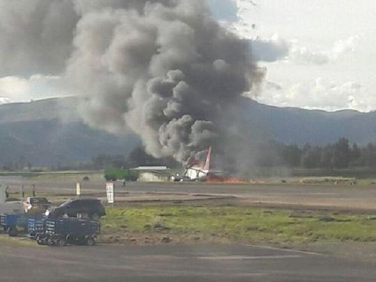 Khói bốc ngùn ngụt tại hiện trường vụ tai nạn. Ảnh: NTNews