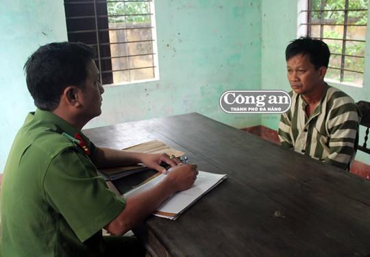 Thiếu tá Nguyễn Thanh Phương lấy lời khai đối với bị can Huỳnh Văn Lượng.