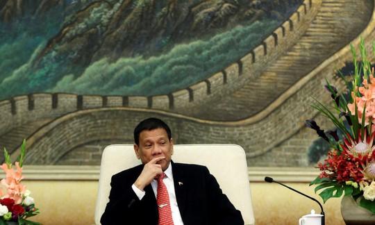 Tổng thống Rodrigo Duterte đối mặt nhiều chỉ trích vì thân Trung Quốc. Ảnh: Reuters