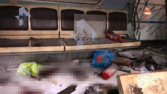 Bên trong toa tàu bị đặt bom... Ảnh: Daily Mail