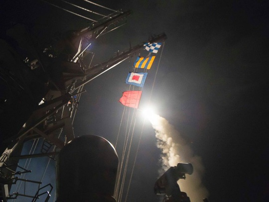Lầu Năm Góc công bố hình ảnh tên lửa hành trình Tomahawk phóng từ tàu Hải quân Mỹ tại Địa Trung Hải nhằm vào căn cứ không quân Syria.