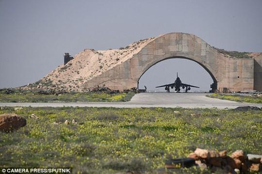 Chiến đấu cơ cất cánh từ căn cứ Syria vừa bị Mỹ nã tên lửa