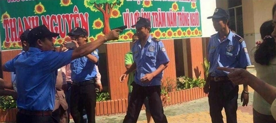 Các vệ sĩ giương súng thị uy và còng tay bà Dung là phản cảm, gây dư luận không tốt.