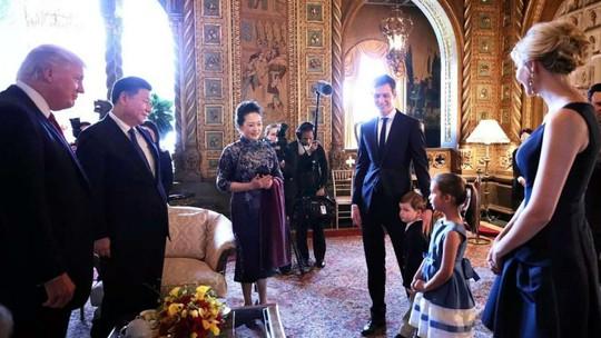Hai nhóc Arabella và Joseph Kushner hát dân ca Trung Quốc và đọc thơ Đường tặng Chủ tịch Trung Quốc Tập Cận Bình và phu nhân Bành Lệ Viện. Ảnh: CNS