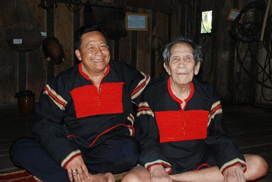 """Vua voi"""" khi còn sống và con trai thứ 11 Khăm Phết Lào - người thừa kế bài thuốc A Ma Kong."""