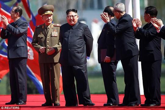 Ông Kim Jong-un và các quan chức Triều Tiên vẫy tay chào người dân trong lễ khánh thành đường mới ở thủ đô Bình Nhưỡng. Ảnh: REUTERS