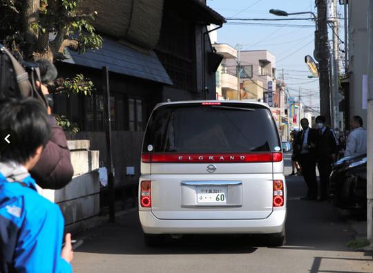 ...Xe cảnh sát đưa ngi phạm đi sáng 14-4. Ảnh: Asahi